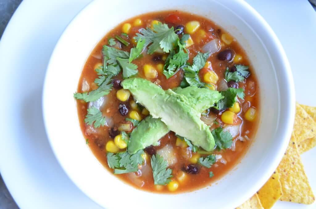 quick & easy southwestern chili { vegan, plant-based, gluten-free, vegetarian, dairy-free } | fixyoureyesonhim.com #recipe #vegan #simple #fast