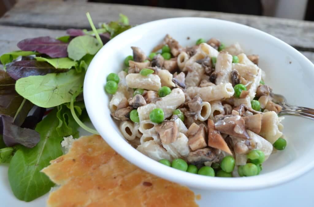 penne alfredo 2 ways | fixyoureyesonhim.com #pasta #healthy #nourishing #vegan #plantbased #plant #based #clean #glutenfree #gluten #free #dairyfree #dairy #free #vegetarian #easy